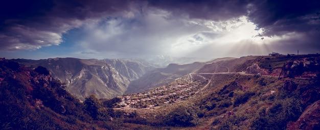 Schöne landschaft mit grünen bergen und herrlichem bewölktem himmel im sonnenuntergang. armenien erkunden Premium Fotos