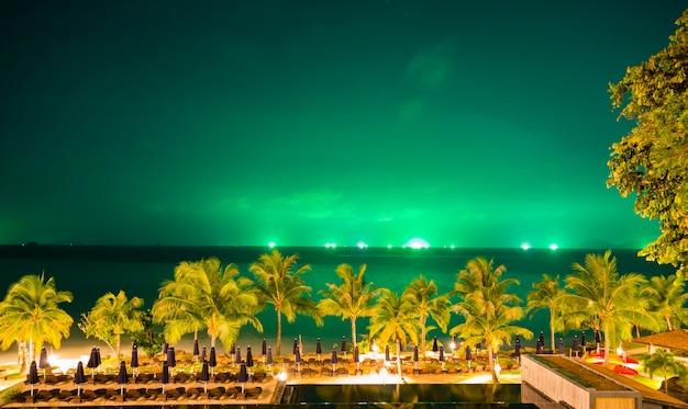 Schöne landschaft mit palmen und grünen himmel Kostenlose Fotos