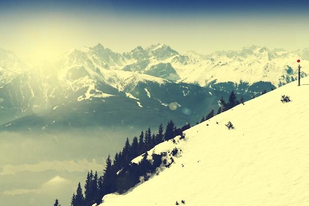 Schöne landschaft mit verschneiten bergen. blauer himmel. alpen, österreich. getont Kostenlose Fotos