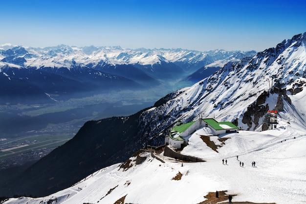 Schöne landschaft mit verschneiten bergen. blauer himmel. horizontal. alpen, österreich. Kostenlose Fotos
