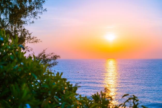 Schöne landschaft von seeozean für freizeitreisen und ferien Kostenlose Fotos