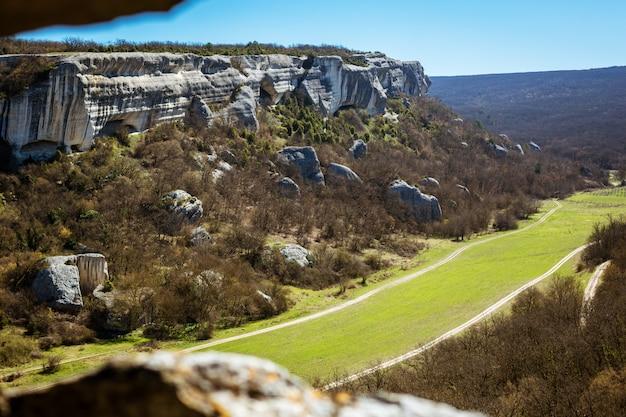 Schöne landschaftsansicht vom berg zum tal Kostenlose Fotos