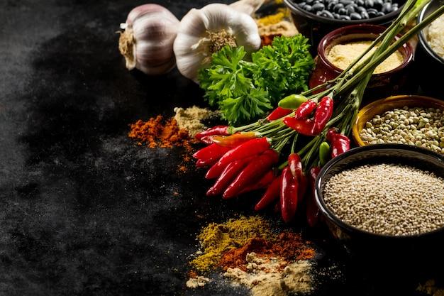 Schöne leckere appetitanregende zutaten gewürze red chilli pfeffer lebensmittelgeschäft zum kochen gesunde küche. Kostenlose Fotos