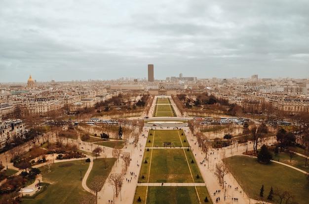Schöne luftaufnahme von tour eiffel gärten unter den gewitterwolken Kostenlose Fotos
