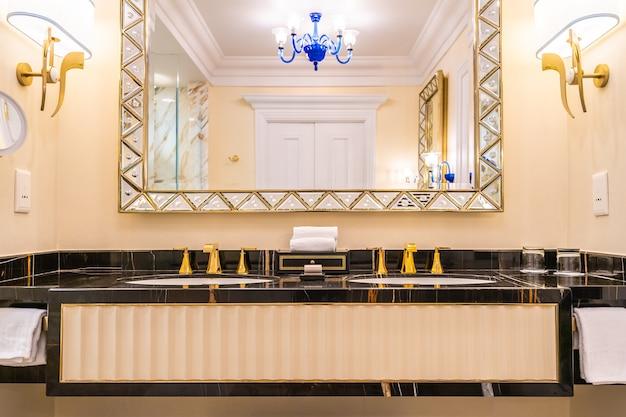 Schöne luxushahn- und -wannendekoration im badezimmer Premium Fotos