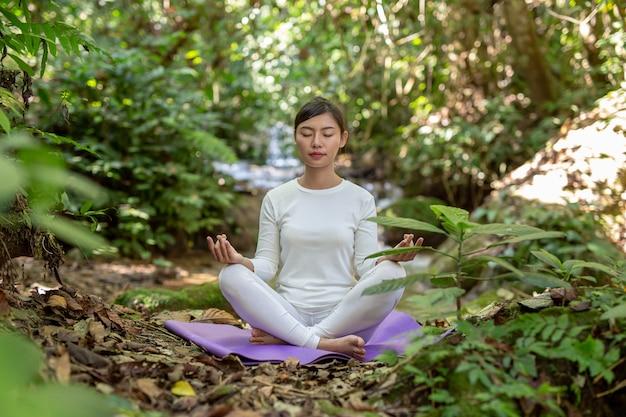 Schöne mädchen spielen yoga im park Kostenlose Fotos