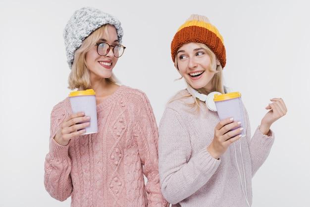 Schöne mädchen zusammen in winterkleidung Kostenlose Fotos