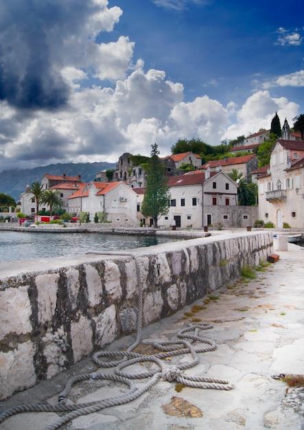 Schöne montenegro-ansichtsommerlandschaft, perast-stadt Premium Fotos