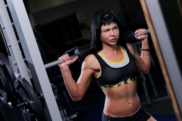 Schöne muskulöse paare an der turnhalle Kostenlose Fotos