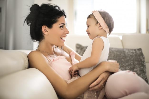 Schöne mutter im gespräch mit ihrem baby Premium Fotos