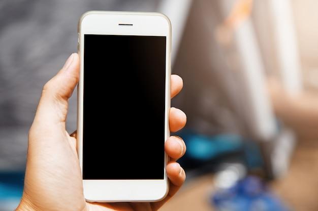 Schöne nahaufnahme des modernen gadgets in der hand. schönes telefon mit lakonischem design ist ein super nützliches gerät in der modernen ära der hochtechnologien mit allen verwendeten mobilen anwendungen. Kostenlose Fotos
