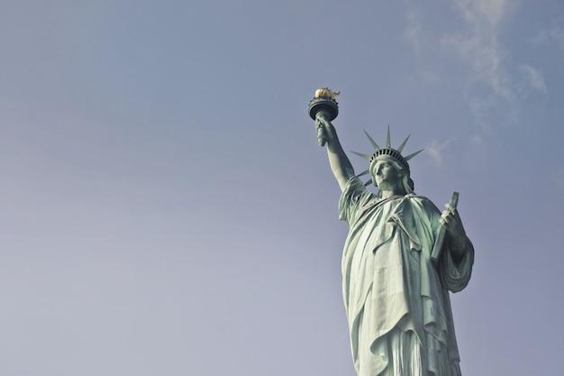 Schöne niedrige winkelaufnahme der freiheitsstatue während des tages in new york Kostenlose Fotos