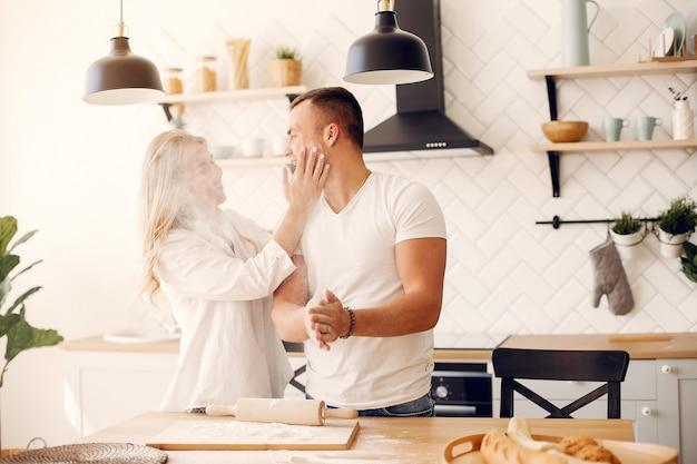 Schöne paare bereiten lebensmittel in einer küche zu Kostenlose Fotos