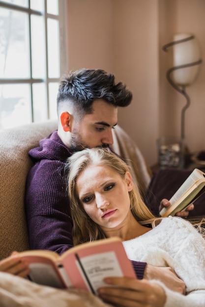 Schöne paare, die interessante bücher lesen Kostenlose Fotos