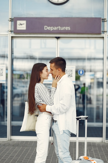 Schöne paare, die nahe dem flughafen stehen Kostenlose Fotos