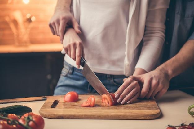 Schöne paare, die zusammen in der küche kochen Premium Fotos