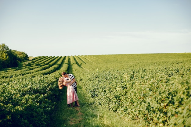 Schöne paare verbringen zeit auf einem sommerfeld Kostenlose Fotos