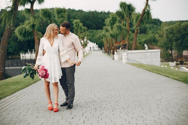 Schöne paare verbringen zeit in einem sommergarten Kostenlose Fotos