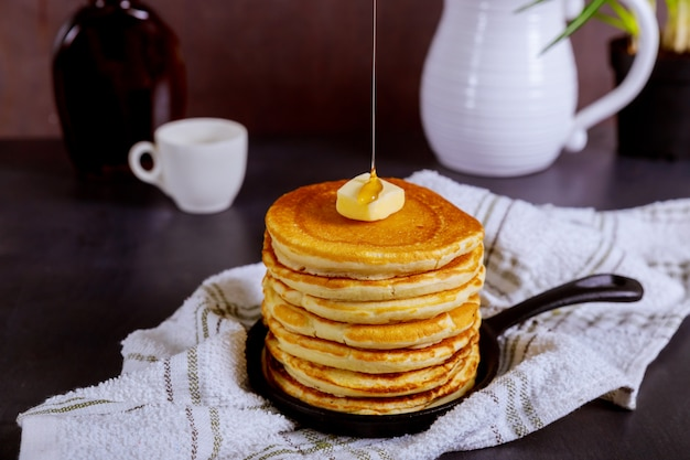 Schöne pfannkuchen mit sirup. Premium Fotos