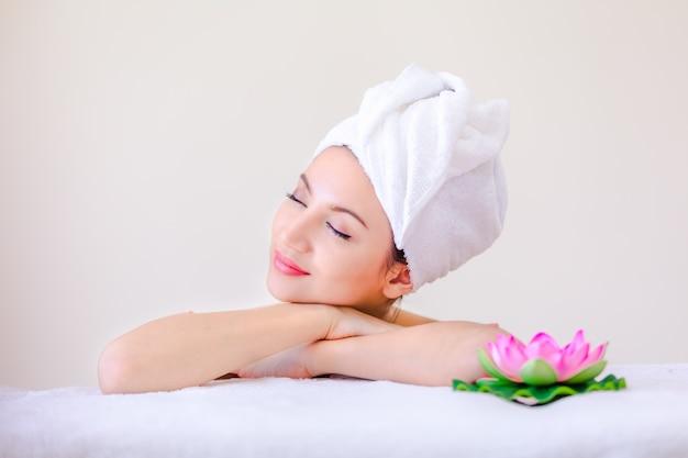 Schöne porträtbadekurortfrau, die jugend und hautpflege-konzept aufwirft Premium Fotos