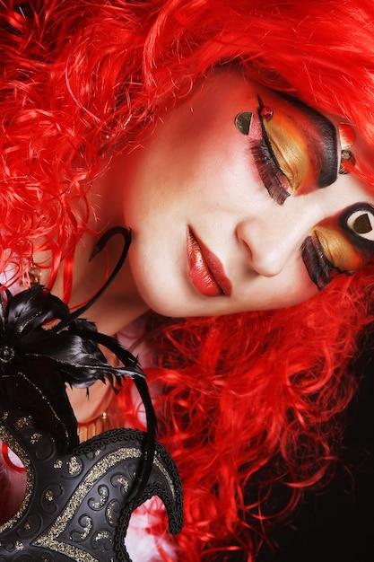 Schöne redhair frau mit schablone. Premium Fotos