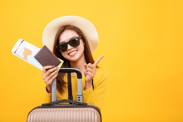 Schöne reisende asiatische frau mit reiseausrüstung Premium Fotos