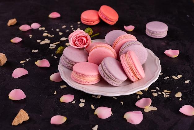 Schöne rosa geschmackvolle makronen auf einem konkreten hintergrund Premium Fotos