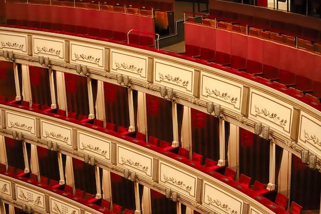 Schöne rote balkone des wiener theaters sehr dekoriert und ohne menschen. Premium Fotos