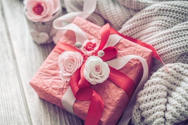 Schöne rote geschenkbox auf hölzernem hintergrund Premium Fotos