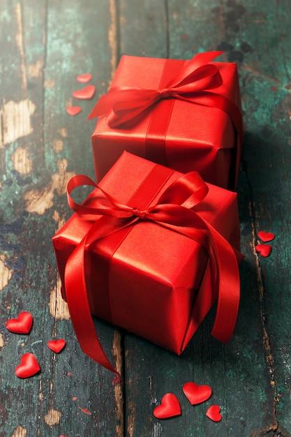 Schöne rote geschenke auf einem hölzernen hintergrund. weihnachten, weihnachten, val Kostenlose Fotos