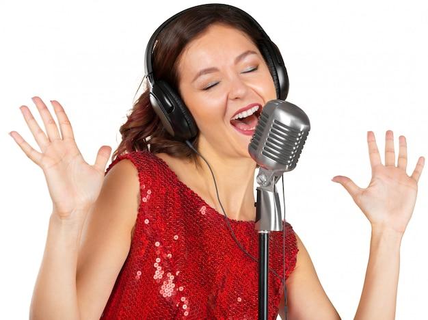 Schöne sängerin, die ein lied singt Premium Fotos
