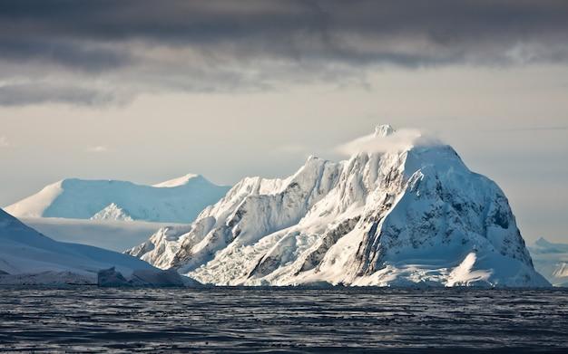 Schöne schneebedeckte berge Premium Fotos