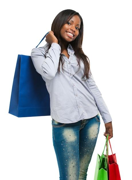 Schöne schwarze frau, die einkaufstaschen lächelt und hält Premium Fotos