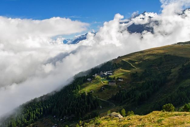 Schöne schweizer alpenlandschaft mit bergblick im sommer Premium Fotos