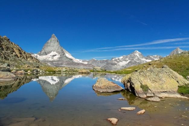 Schöne schweizer alpenlandschaft mit stellisee see und matterhorn gebirgsreflexion im wasser Premium Fotos