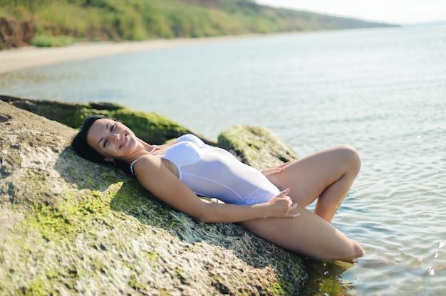 Schöne sexy frau badet im meer. Premium Fotos
