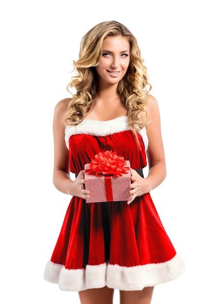 Schöne sexy frau mit santa claus-kostüm und -geschenk Premium Fotos