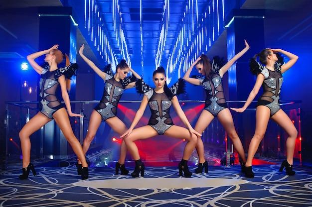 Schöne sexy go-go-tänzerinnen posieren im nachtclub Kostenlose Fotos