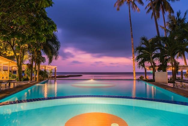 Schone Silhouette Luxus Regenschirm Und Stuhl Um Schwimmbad Im Hotel