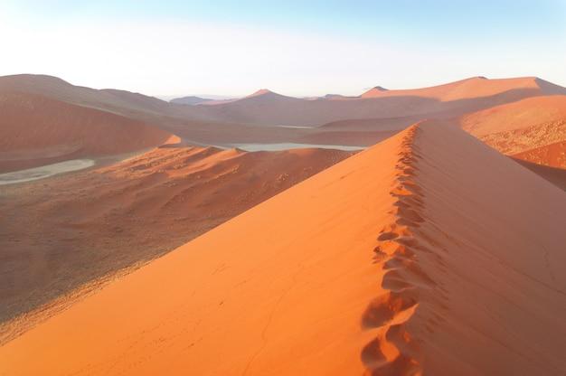 Schöne sonnenaufgangdünen, see und natur von namibischer wüste, sossusvlei, namibia, südafrika Premium Fotos