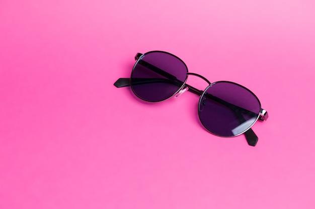 Schöne sonnenbrille auf rosa lokalisierter hintergrundnahaufnahme Premium Fotos