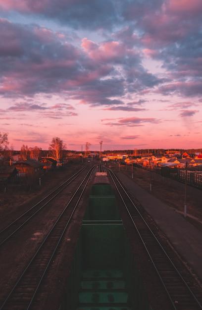 Schöne sonnenuntergangfarben und naturlandschaft. sonne über skyline, horizont. warme farben. Premium Fotos