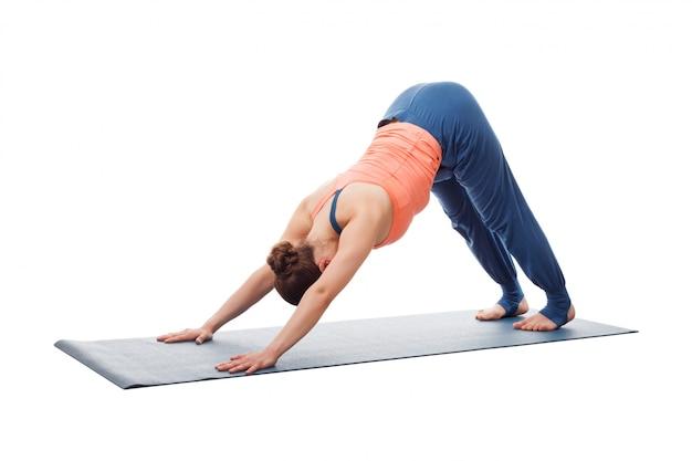 Schöne sportlich fit yogi mädchen praktiziert yoga asana adhomukha sv Premium Fotos