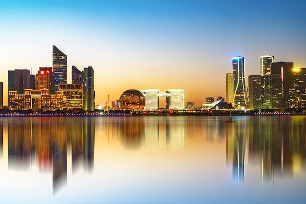 Schöne stadt nightscape in hangzhou, china Premium Fotos