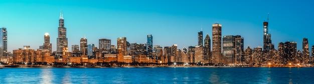 Schöne stadtbildpanoramaansicht von gebäuden in der blauen stunde chicagos im stadtzentrum gelegener bezirk in der dämmerung, fahnengröße Premium Fotos