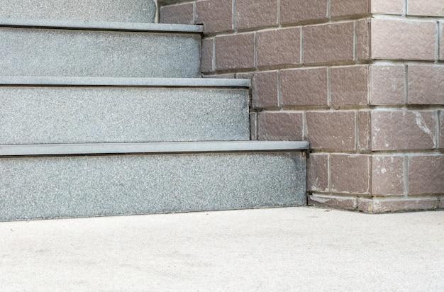 Schöne steintreppe vor dem gebäude Premium Fotos