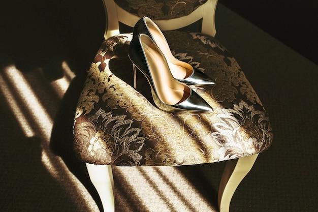 Schöne stilvolle elegante silberne hochzeitsschuhe auf stuhl Kostenlose Fotos
