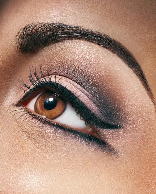 Schöne stilvolle frau mit make-up Premium Fotos