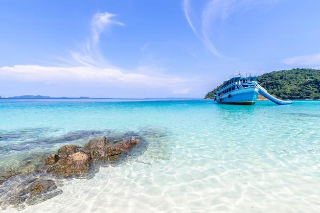 Schöne strandansicht koh chang-insel und ausflugboot für touristenmeerblick an der trad-provinz östlich von thailand auf hintergrund des blauen himmels Kostenlose Fotos