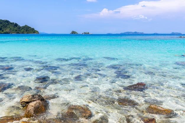 Schöne strandansicht koh chang-inselmeerblick an der trad-provinz östlich von thailand auf hintergrund des blauen himmels Kostenlose Fotos